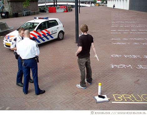 westerdoksplein, politie, Tsead Bruinja, Paul Rood, typografie, spuitbus, voetleespad, Enkeling, 2011